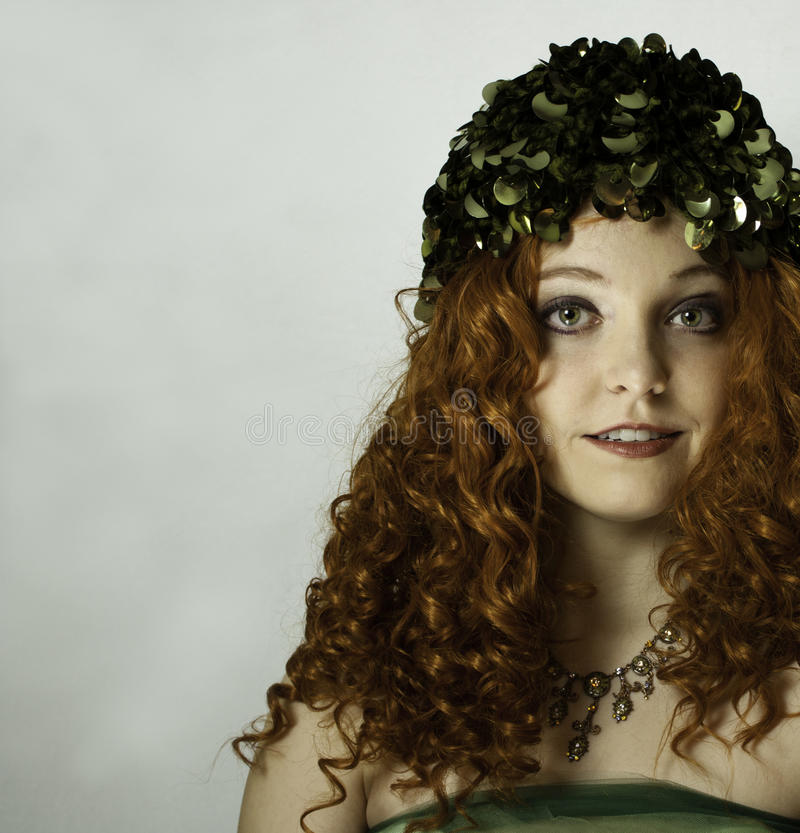 Tragender grüner Hut der Weinlese der jungen Frau, grünes Tulle und Halskette. stockbilder
