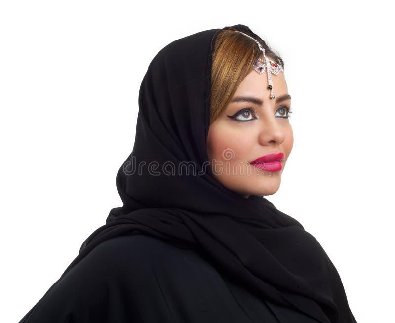 Tragender Hauptschmuck der arabischen Frau lokalisiert auf Weiß stockfotografie