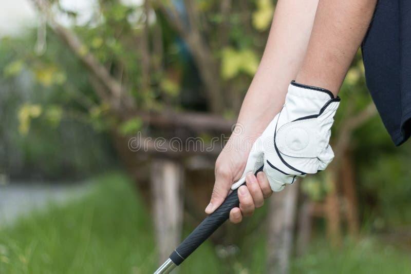 Tragender holdiing Golfclub des weißen Handschuhs des Golfspielers lizenzfreies stockbild