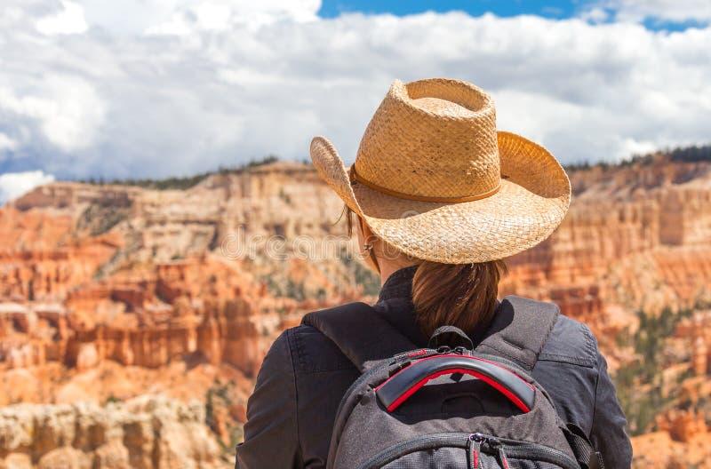 Tragender Hut der Frau, der Bryce Canyon, Utah USA betrachtet stockfotografie