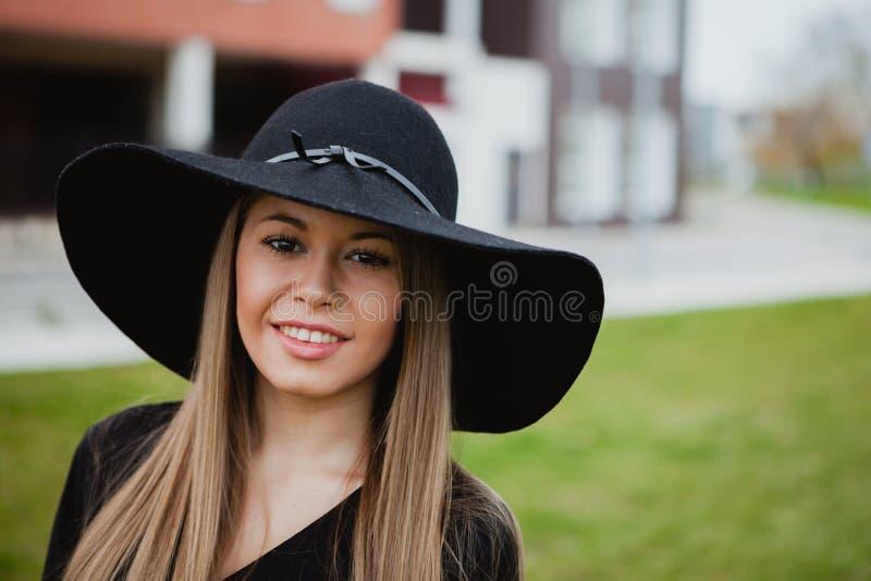 Tragender Hut des hübschen Mädchens lizenzfreies stockfoto