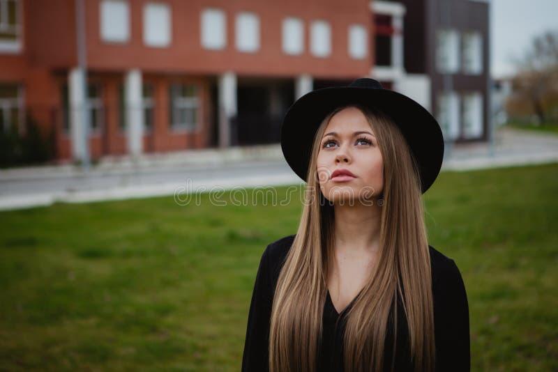 Tragender Hut des hübschen Mädchens stockfotos