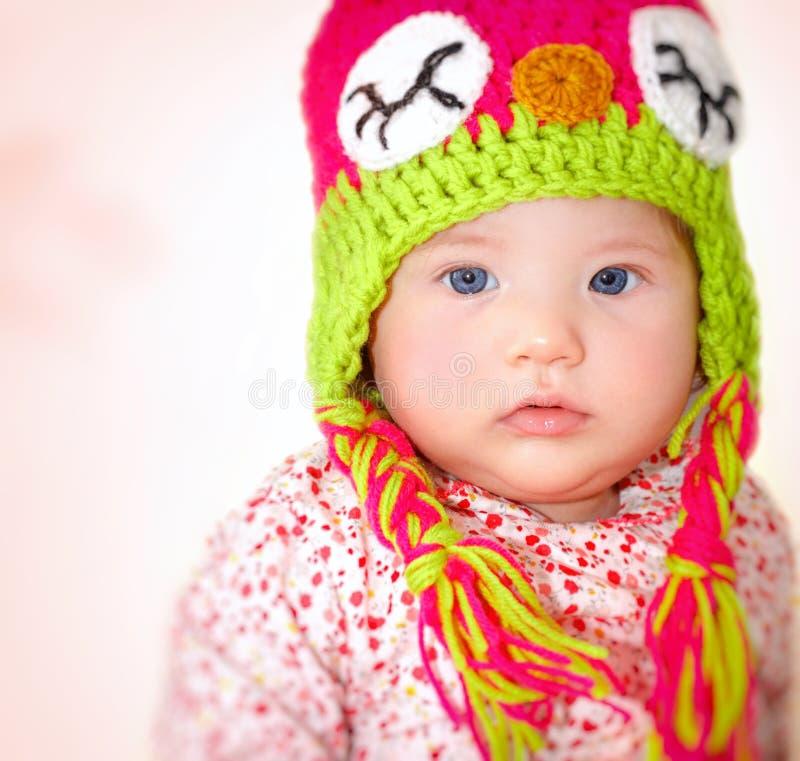 Tragender Hut des kleinen Mädchens lizenzfreies stockbild