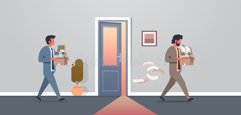 Tragender Kasten des Geschäftsmannes mit Sachen, die neue Arbeitsplatzbürotür frustrierten Geschäftsmann entließ, gehen Entlassun lizenzfreie abbildung