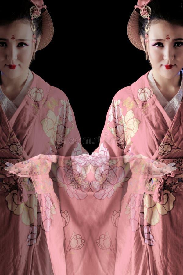 Tragender Kimono der jungen hübschen Frau lizenzfreie stockbilder