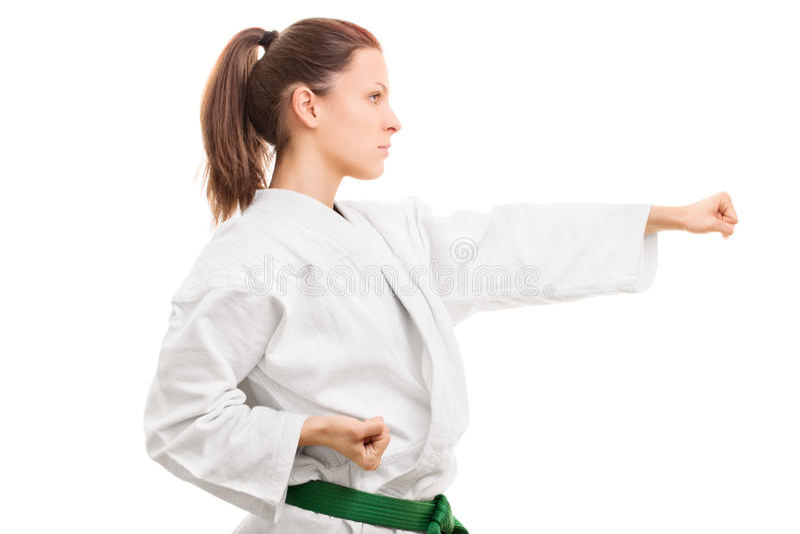 Tragender Kimono des jungen Mädchens in der Kampfposition stockbild