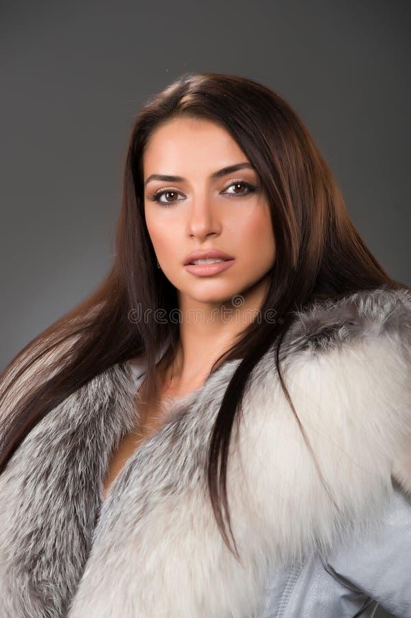Tragender Pelz der Schönheitsfrau lizenzfreies stockfoto