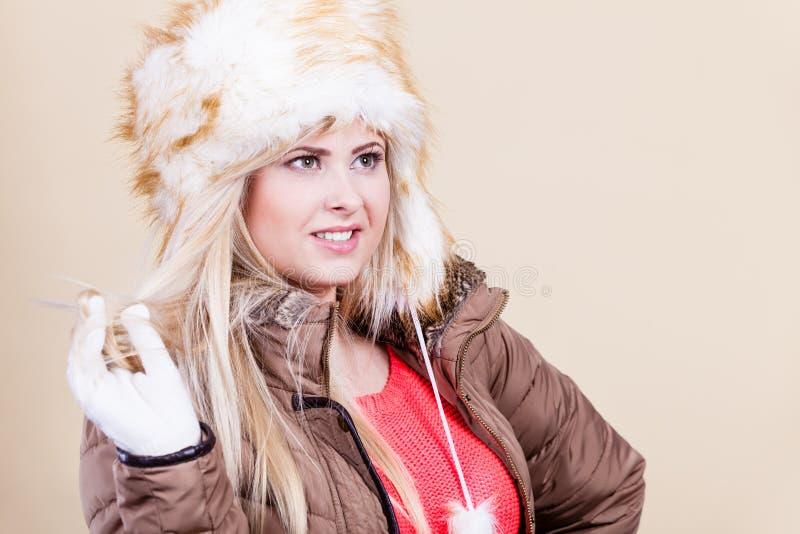 Tragender pelzartiger warmer Hut des Winters der Frau lizenzfreies stockfoto