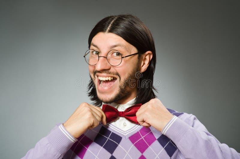 Tragender Pullover des jungen Mannes auf grauem Hintergrund stockfotos