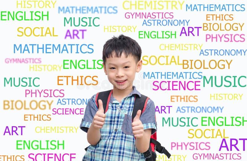 Tragender Rucksack des glücklichen asiatischen Schülers und aufgeben Daumen stockbild