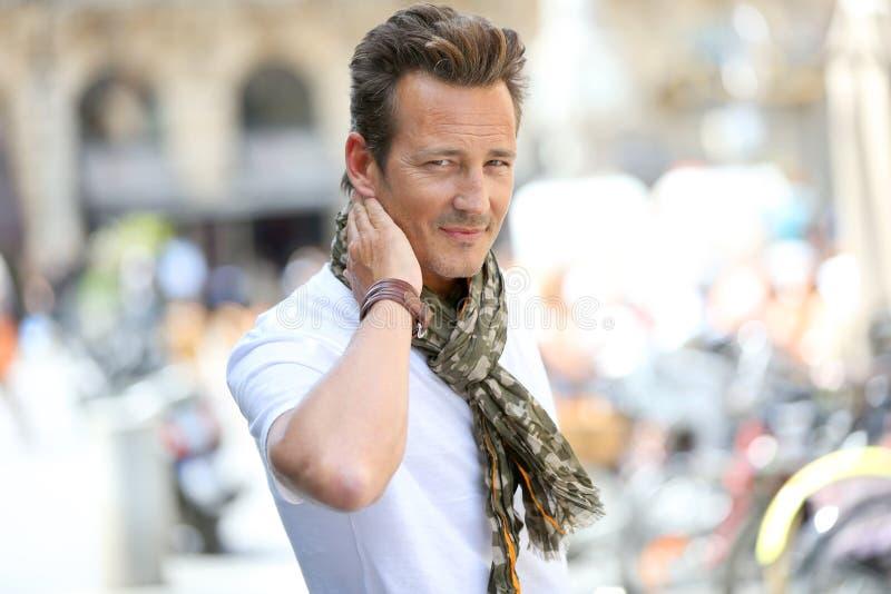 Tragender Schal des hübschen stilvollen Mannes stockfotografie