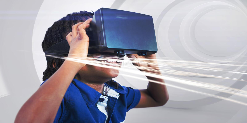 Tragender Simulator der virtuellen Realit?t des Jungen stockbilder