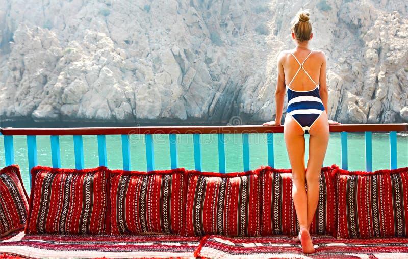 Tragender Sommerbadeanzug der jungen Frau auf einem altmodischen Schiff stockbild