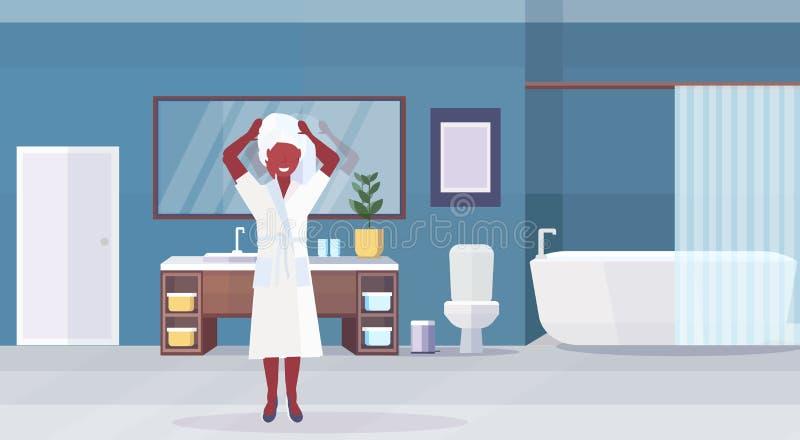 Tragender weißer Bademantel und Tuch der Frau auf dem Hauptafroamerikanermädchen, das den modernen Badezimmerinnenraum flach hori vektor abbildung