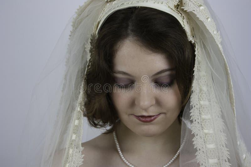 Tragender Weinleseschleier der jungen Braut stockfotografie