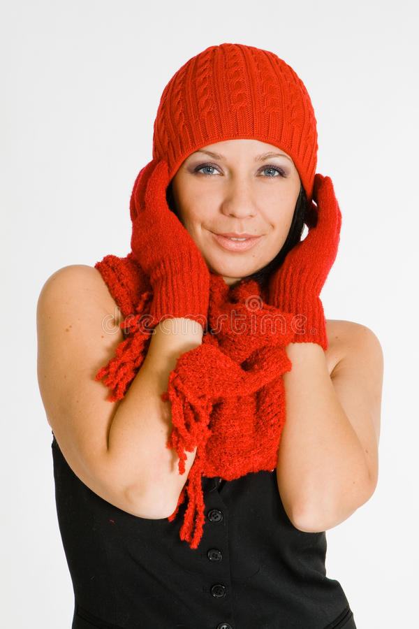Tragender Winterhut und -handschuhe der schönen Frau lizenzfreie stockbilder