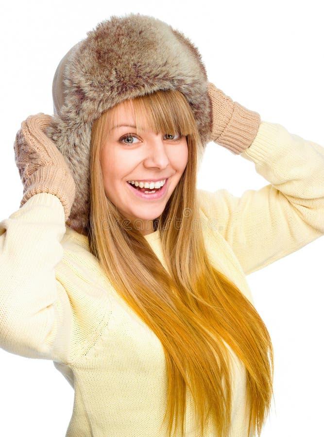 Tragender Winterstoff der jungen glücklichen Frau lizenzfreie stockfotografie
