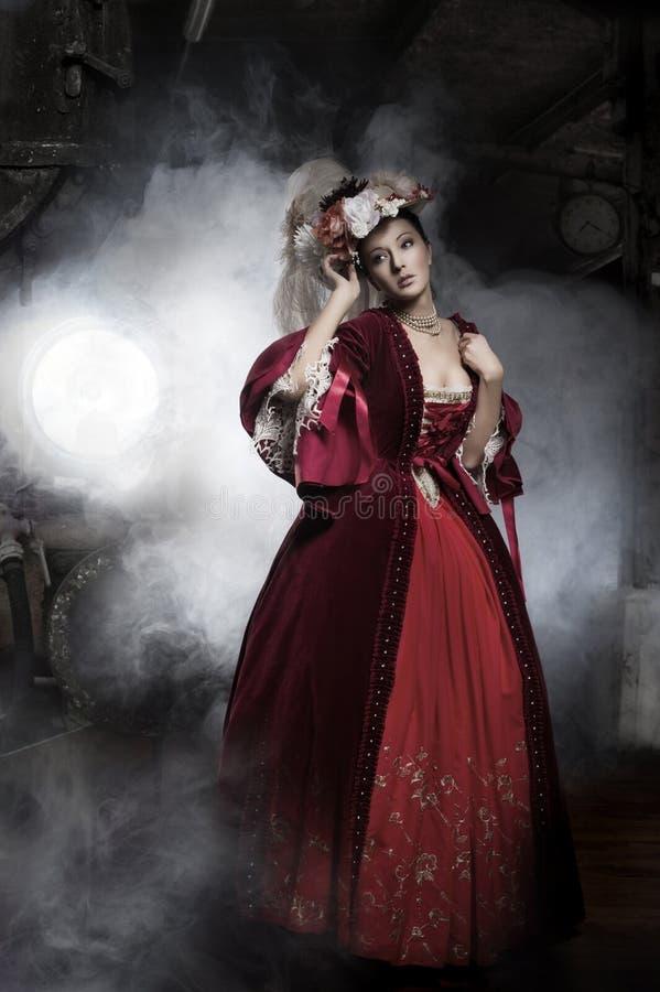 Tragendes altmodisches Kleid der Schönheitsfrau stockfotos