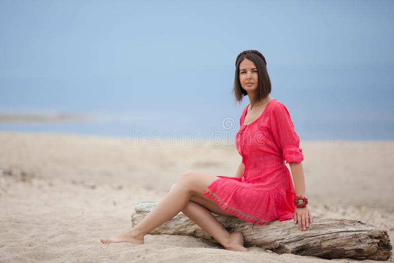 Tragendes Armband des schönen Mädchens auf dem Meer lizenzfreie stockfotos