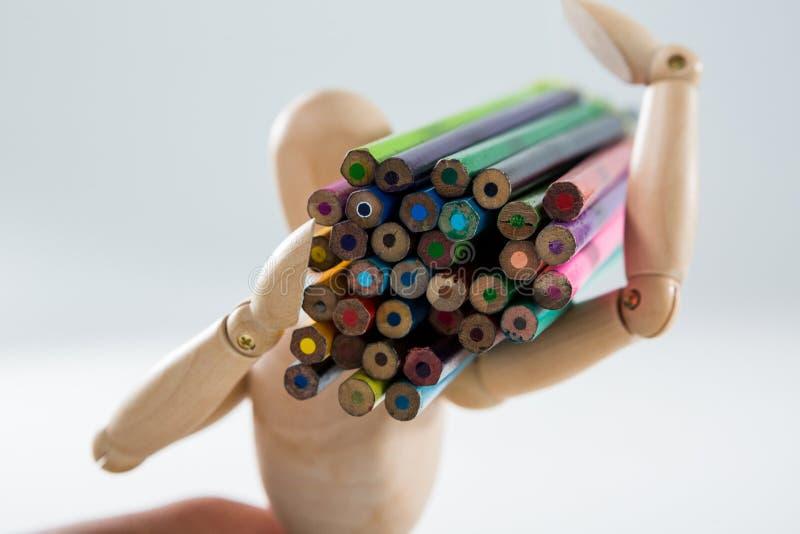 Tragendes Bündel der hölzernen Figürchens Bleistifte stockbilder