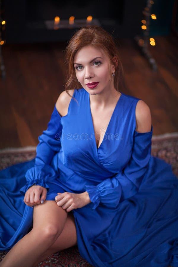 Tragendes blaues Kleid stockfotos