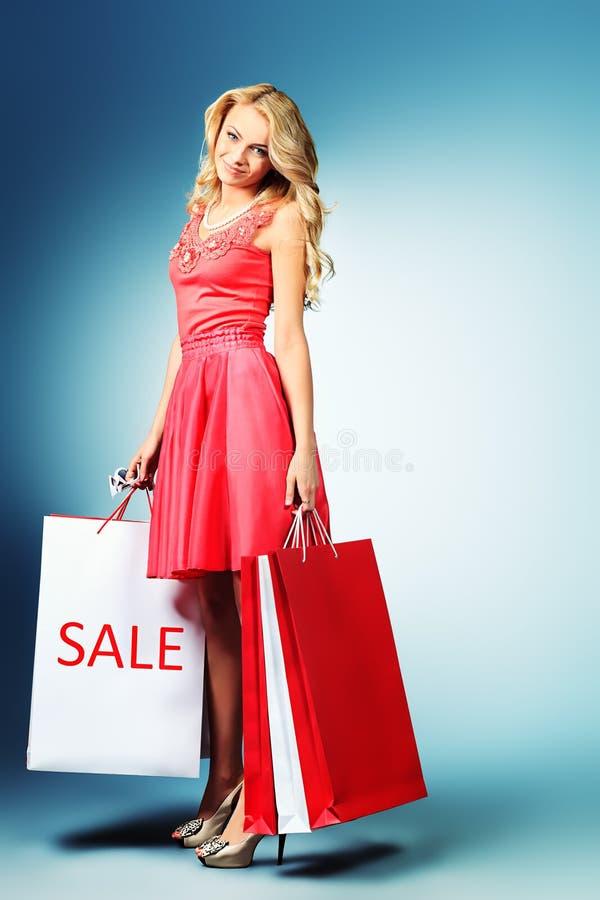 Tragendes Einkaufen stockbild