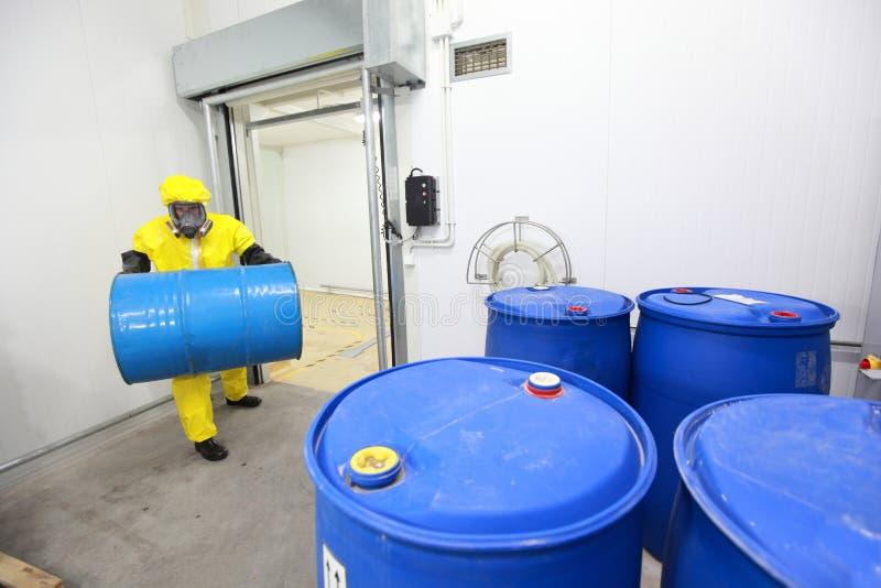 Tragendes Faß des Fachmannes Chemikalien lizenzfreie stockbilder