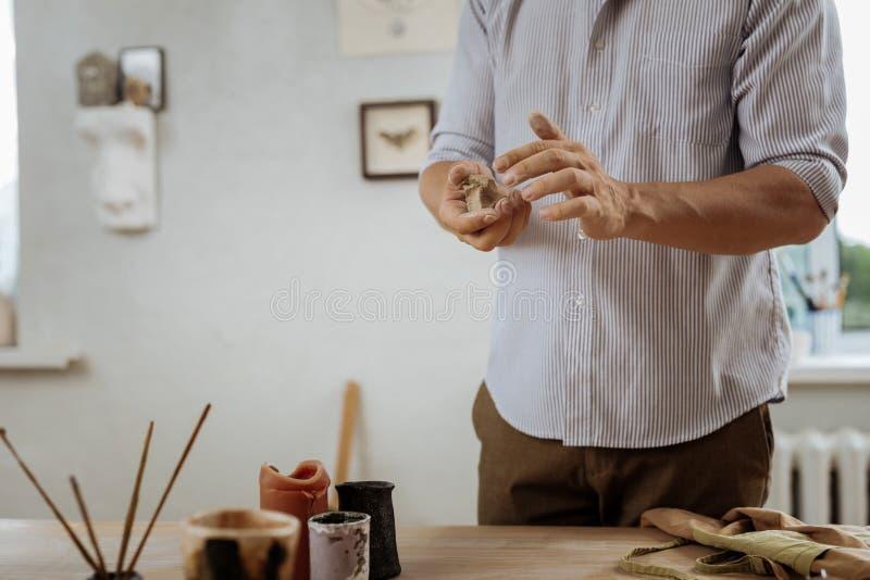Tragendes Hemd Handicraftsman und braunes Hosenarbeiten stockbilder