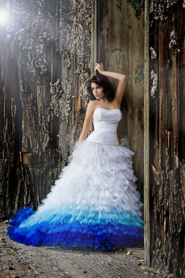 Tragendes Hochzeitskleid der jungen Frau stockbilder