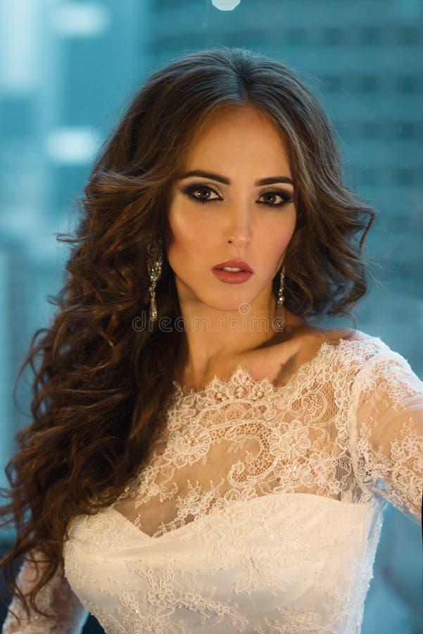 Tragendes Hochzeitskleid der Schönheitsbraut stockfotos