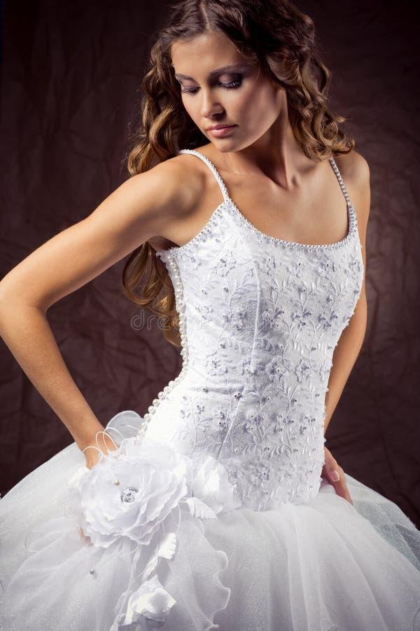 Tragendes Hochzeitskleid des Art und Weisebaumusters lizenzfreies stockfoto