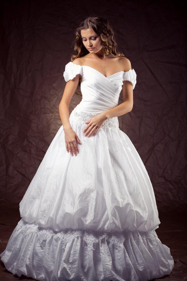 Tragendes Hochzeitskleid des Art und Weisebaumusters lizenzfreies stockbild