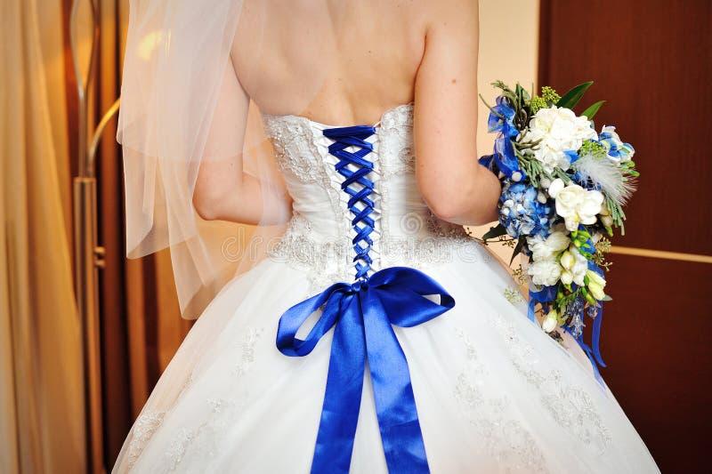 Tragendes Hochzeitskleid des Mode-Modells am schwarzen Studiohintergrund lizenzfreie stockfotografie