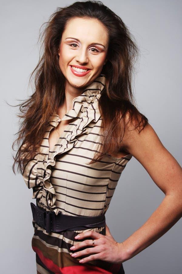 Tragendes Kleid des jungen Modells der Mode auf grauem Hintergrund stockbild