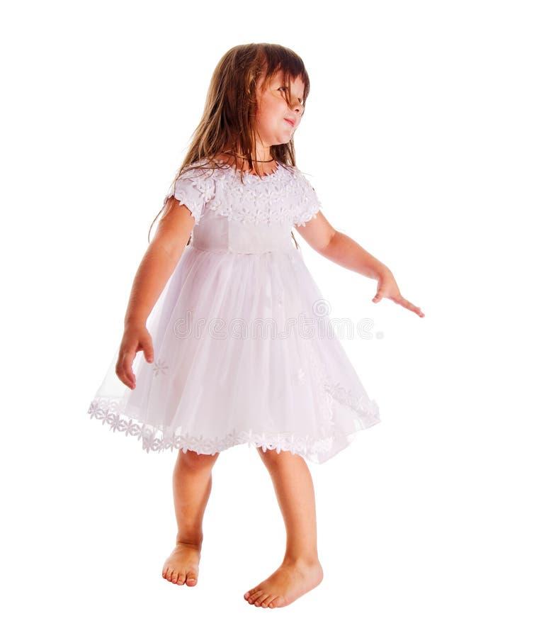 Tragendes Kleid des kleinen Mädchens auf Weiß lizenzfreie stockbilder