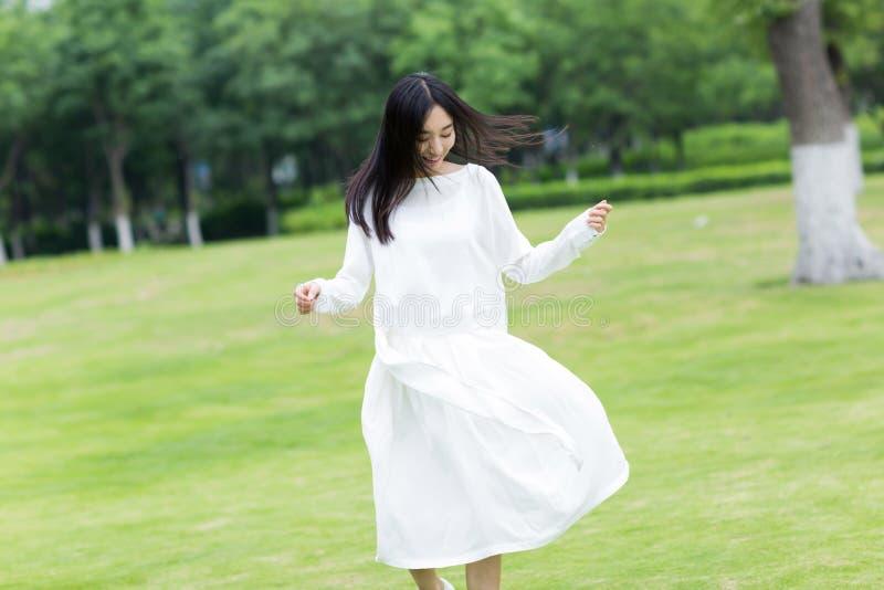 Tragendes Kleid des Mädchens lizenzfreie stockfotografie