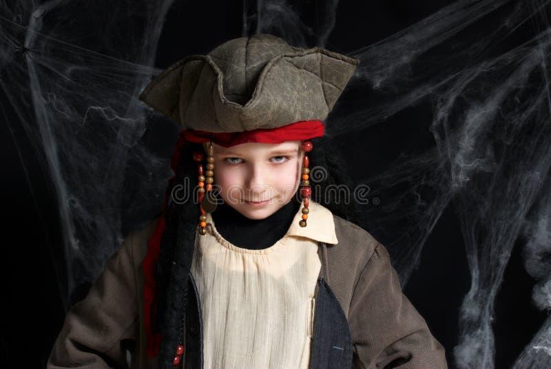 Tragendes Piratenkostüm des kleinen Jungen stockfotografie