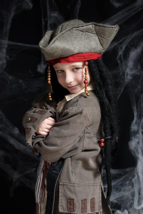 Tragendes Piratenkostüm des kleinen Jungen stockbild