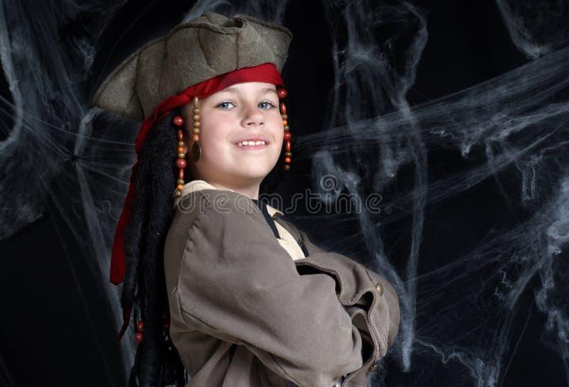 Tragendes Piratenkostüm des kleinen Jungen stockfotos