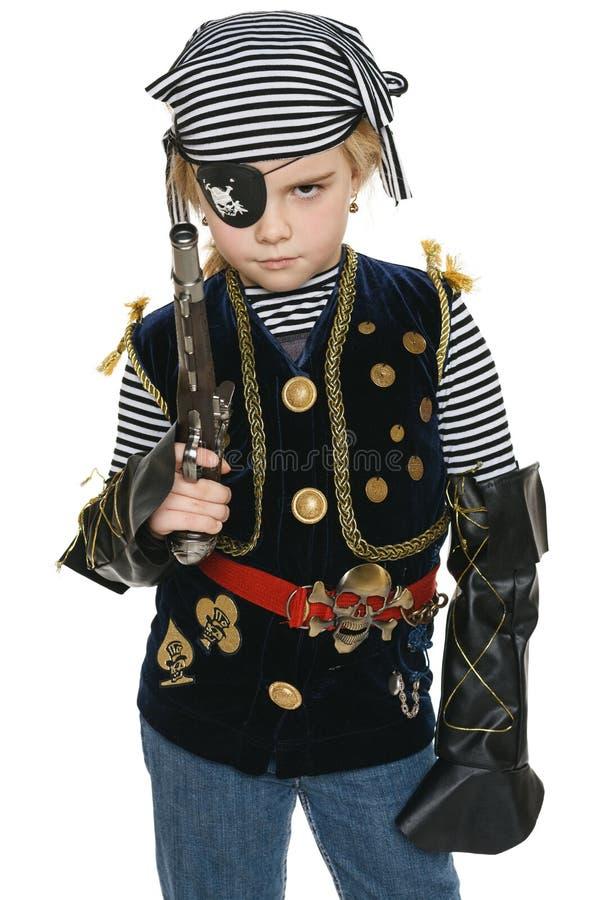 Tragendes Piratenkostüm des kleinen Mädchens, das ein Gewehr anhält lizenzfreie stockfotografie