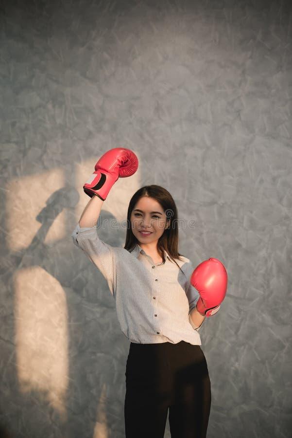 Tragendes rotes displayin Hand der Boxhandschuhe des asiatischen Geschäftsmannes der Mädchen lizenzfreie stockfotografie