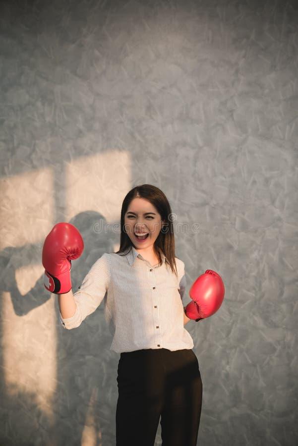 Tragendes rotes displayin Hand der Boxhandschuhe des asiatischen Geschäftsmannes der Mädchen lizenzfreies stockbild