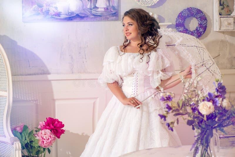 Tragendes Schönes Weißes Kleid Und Regenschirm Der Weinlese Der Frau ...