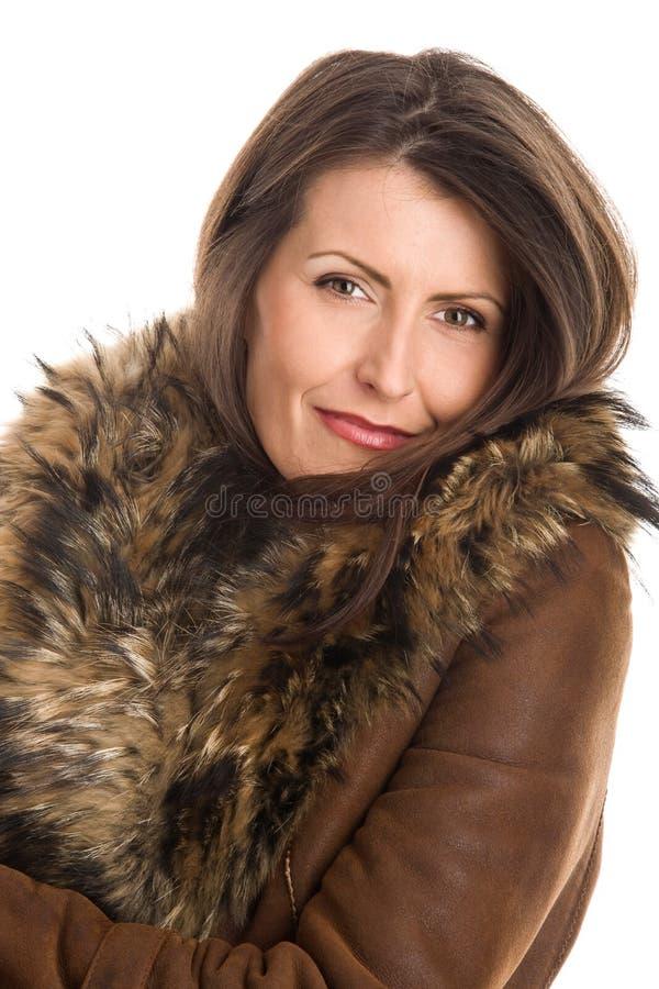 Tragendes Schaffell der Frau stockfoto