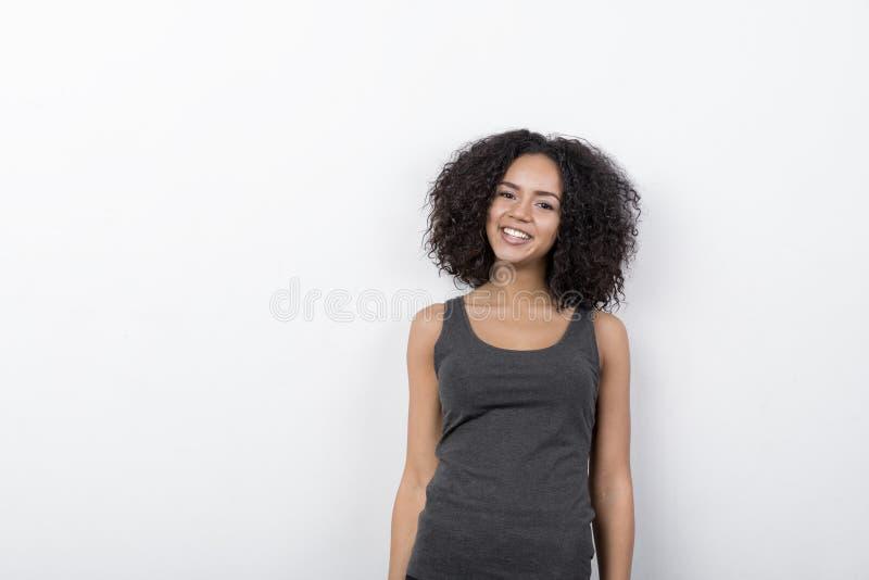 Tragendes T-Shirt des lustigen jungen Studentenmädchens zuhause lizenzfreies stockfoto