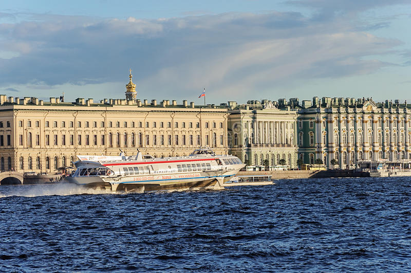 Tragflügelboot u. x22; Meteor& x22; auf dem Fluss Neva in St Petersburg lizenzfreie stockfotografie