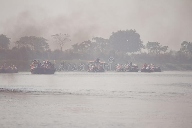 Traghetti attraverso il fiume fotografia stock