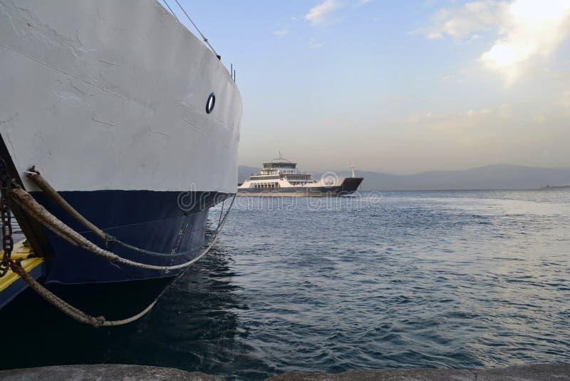Traghetti che collegano Rio e la città di antirrio in Grecia immagine stock libera da diritti