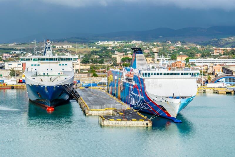 Traghetti delle linee e di Tirrenia Athara di Grimaldi al porto di Civitavecchia, Roma fotografia stock libera da diritti