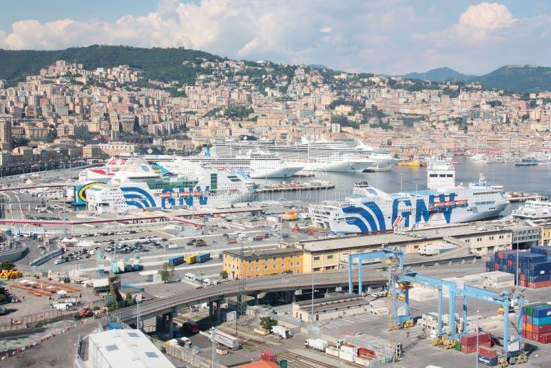 Traghetti e navi da crociera messi in bacino nel porto di Genoa Italy immagine stock